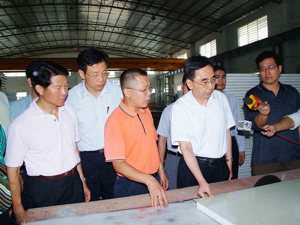 省政府领导视察工厂